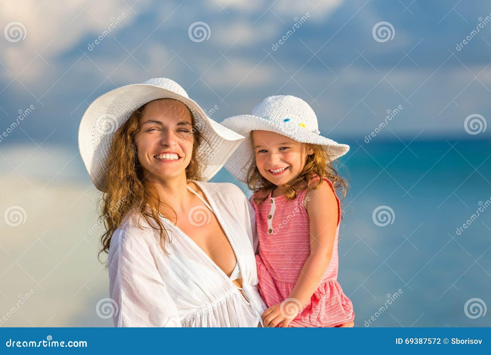 Mutter und Tochter auf dem Strand