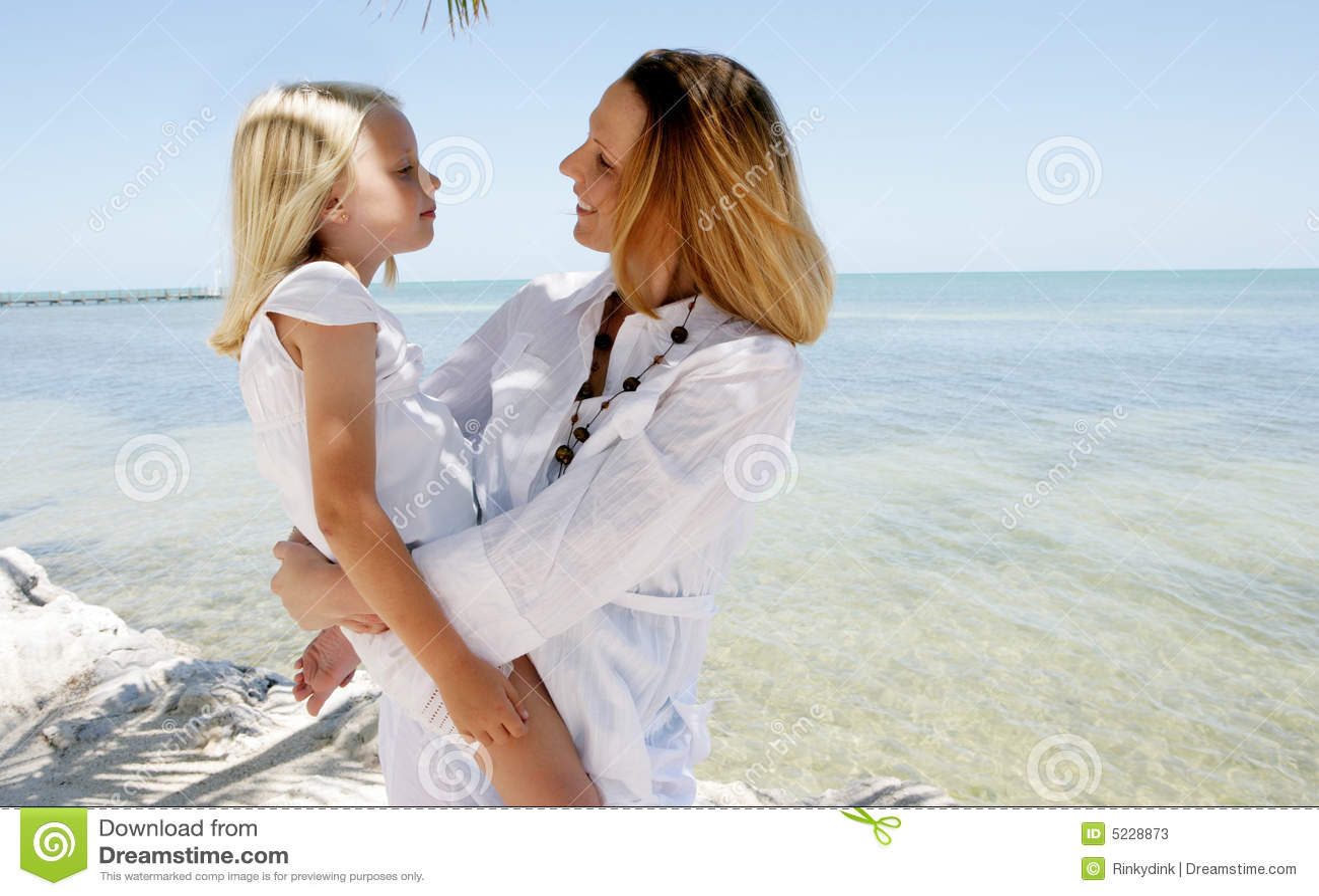 Mutter Und Tochter Auf Strand Stockbild - Bild von ozean