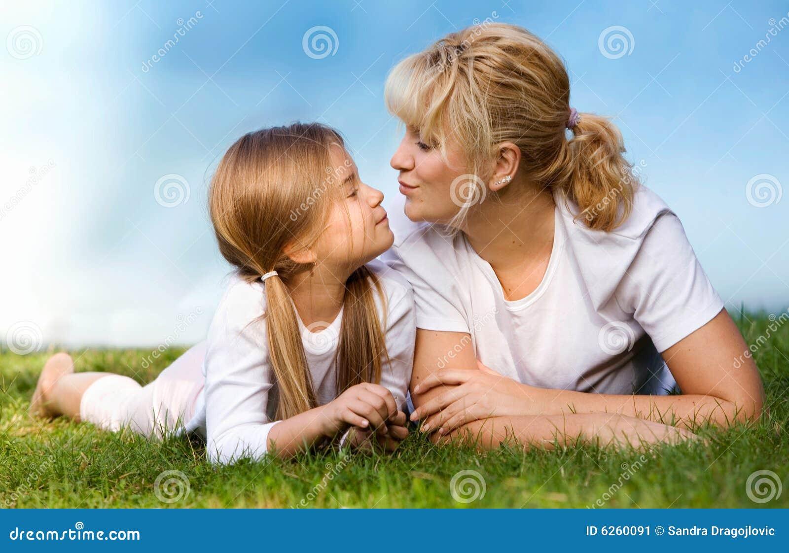 Mutter und Tochter an der Wiese