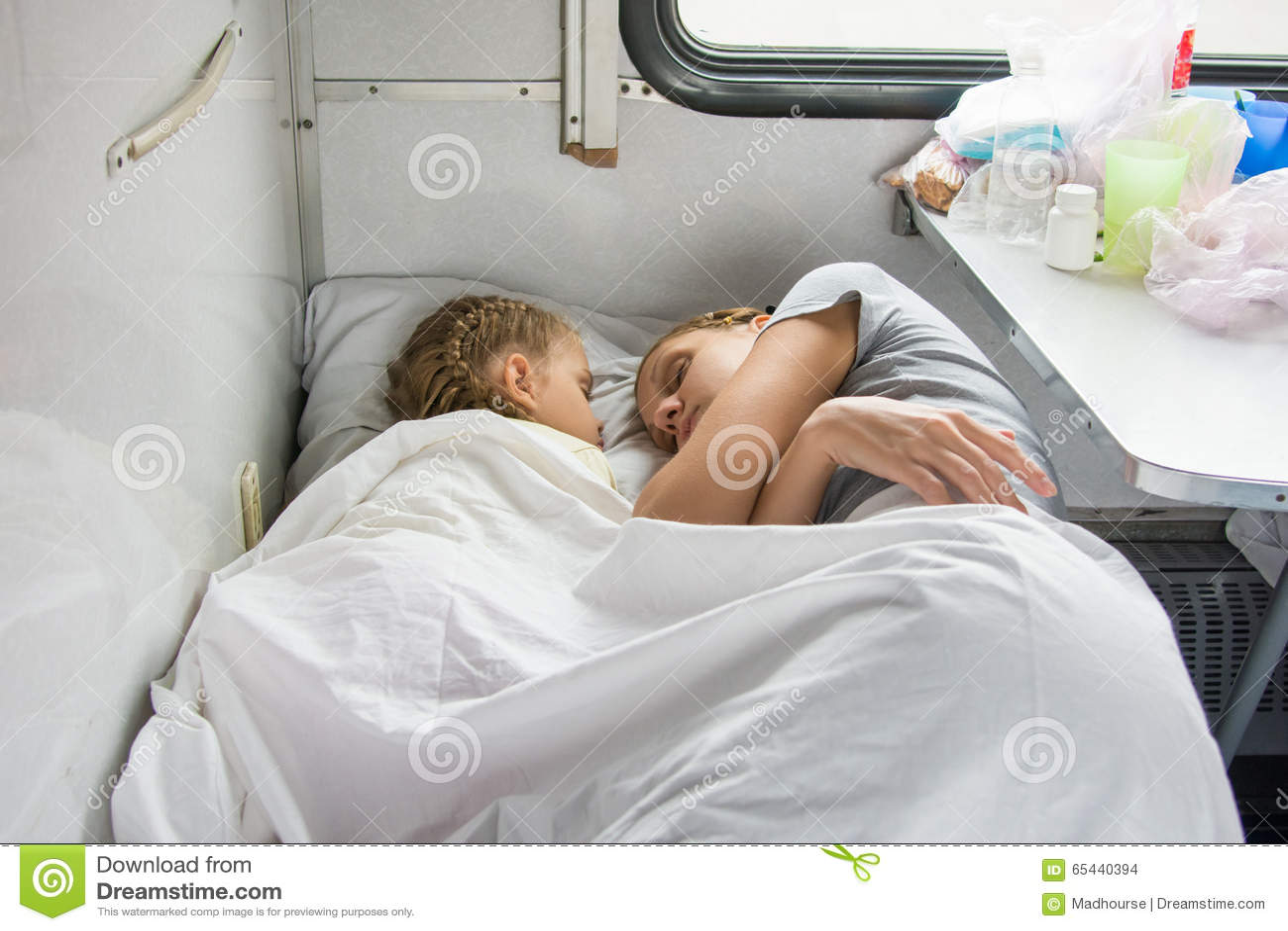 Mutter Und Tochter, Die Auf Dem Unteren Regal In Einem Zug Schlafen ...