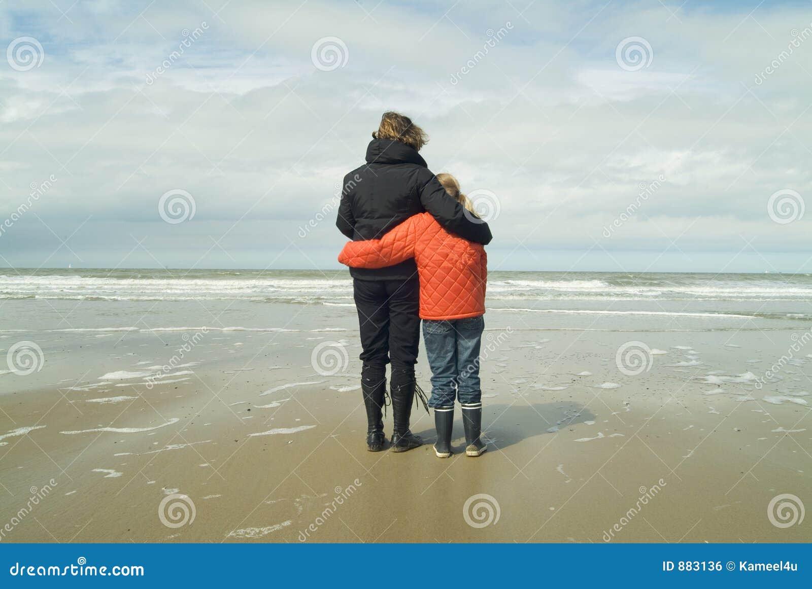 Mutter und Tochter, die das Meer übersehen