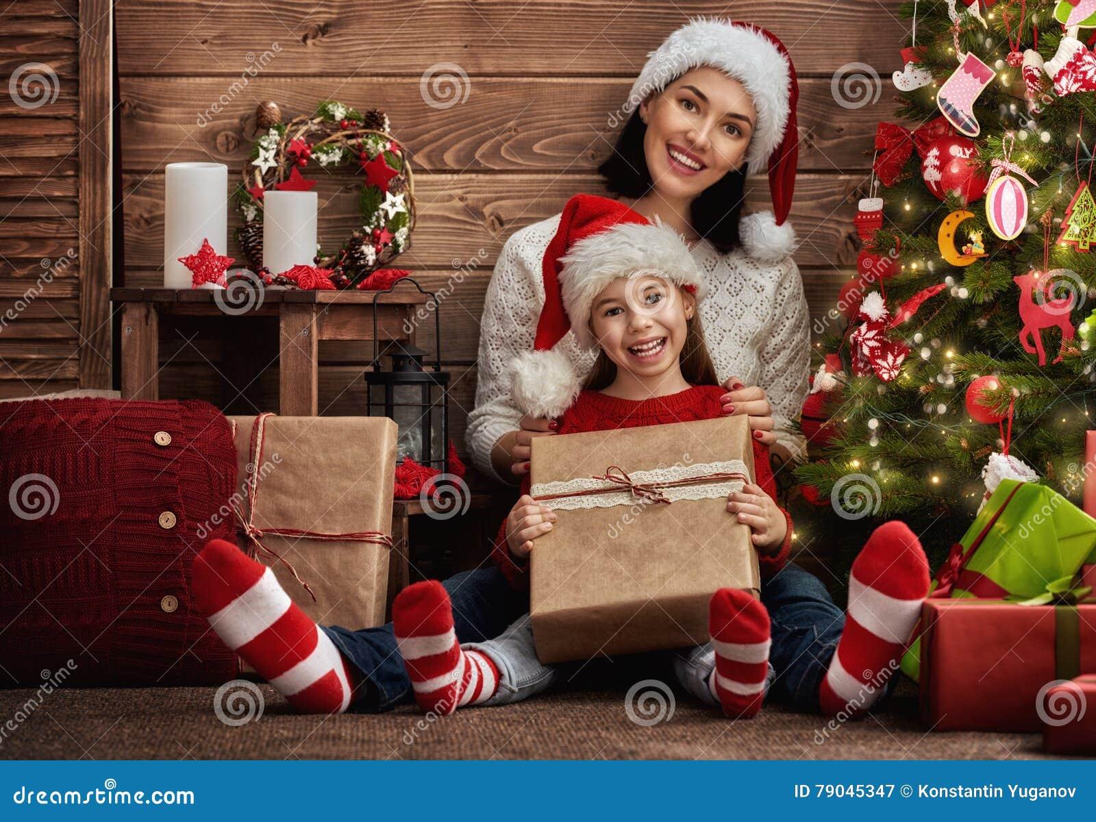 Mutter Und Tochter, Die Geschenke Austauschen Stockbild - Bild von ...