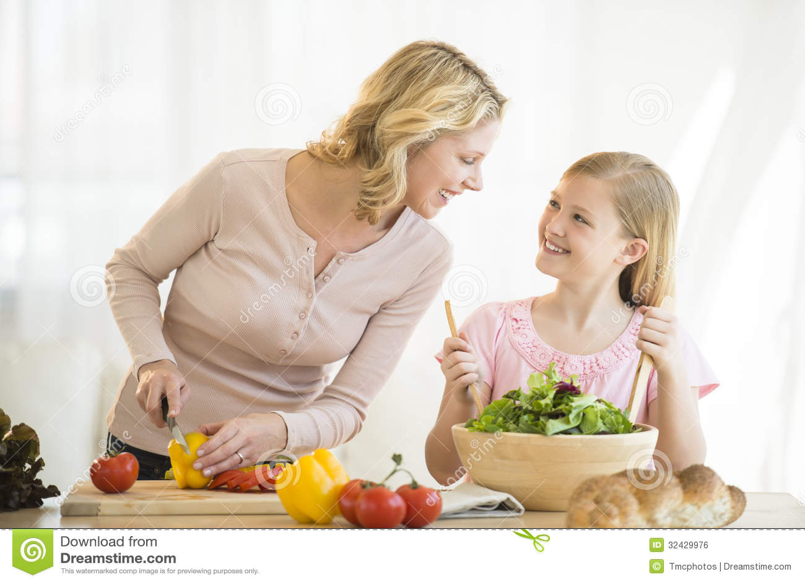 La cochinada de madre e hija comparando su orina en