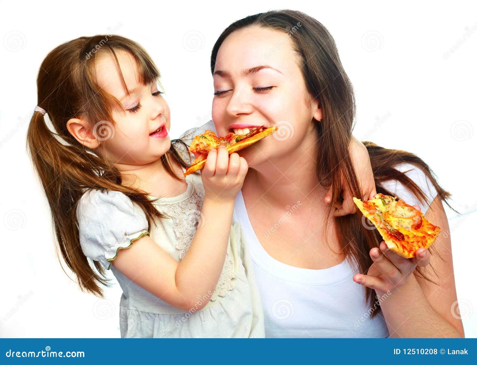 Mutter und Tochter, die Pizza essen