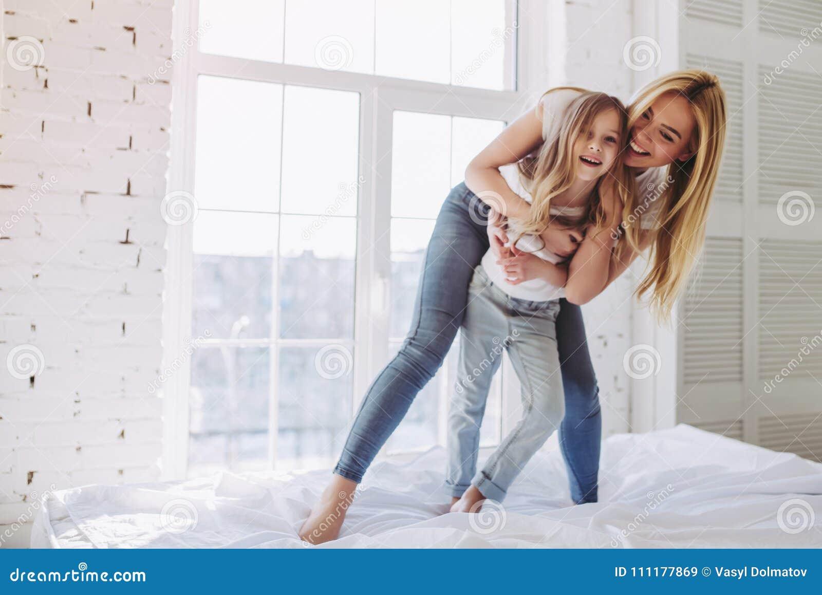 Mutter und Tochter, die Spaß zu Hause haben