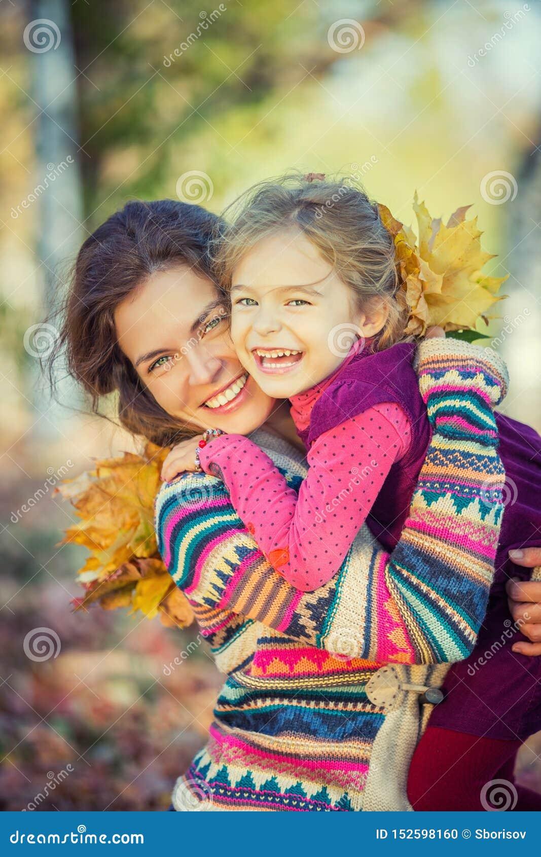 Mutter und Tochter genießen sonnigen Herbst im Park