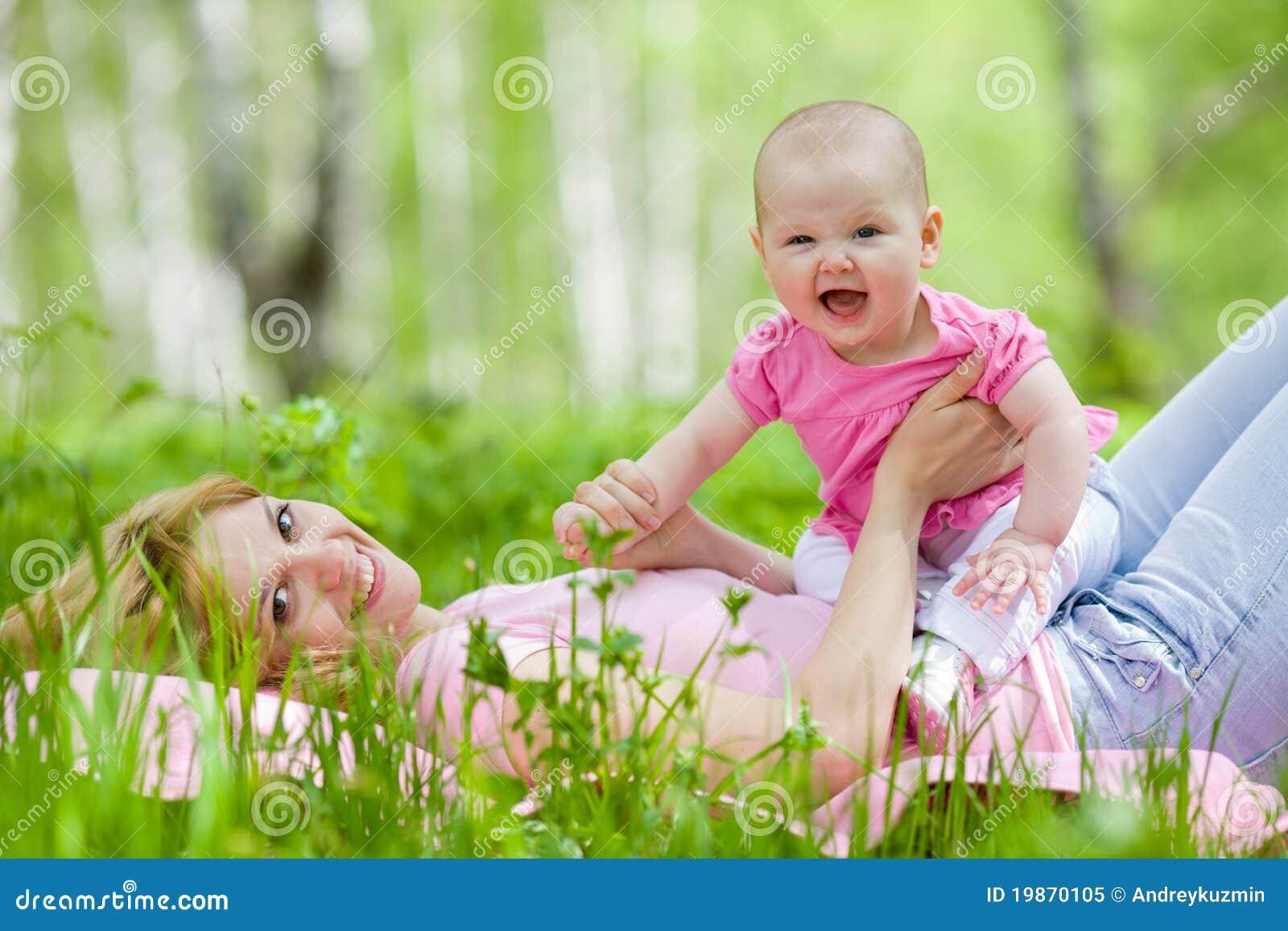 Mutter und Tochter im Birkenfrühlingspark
