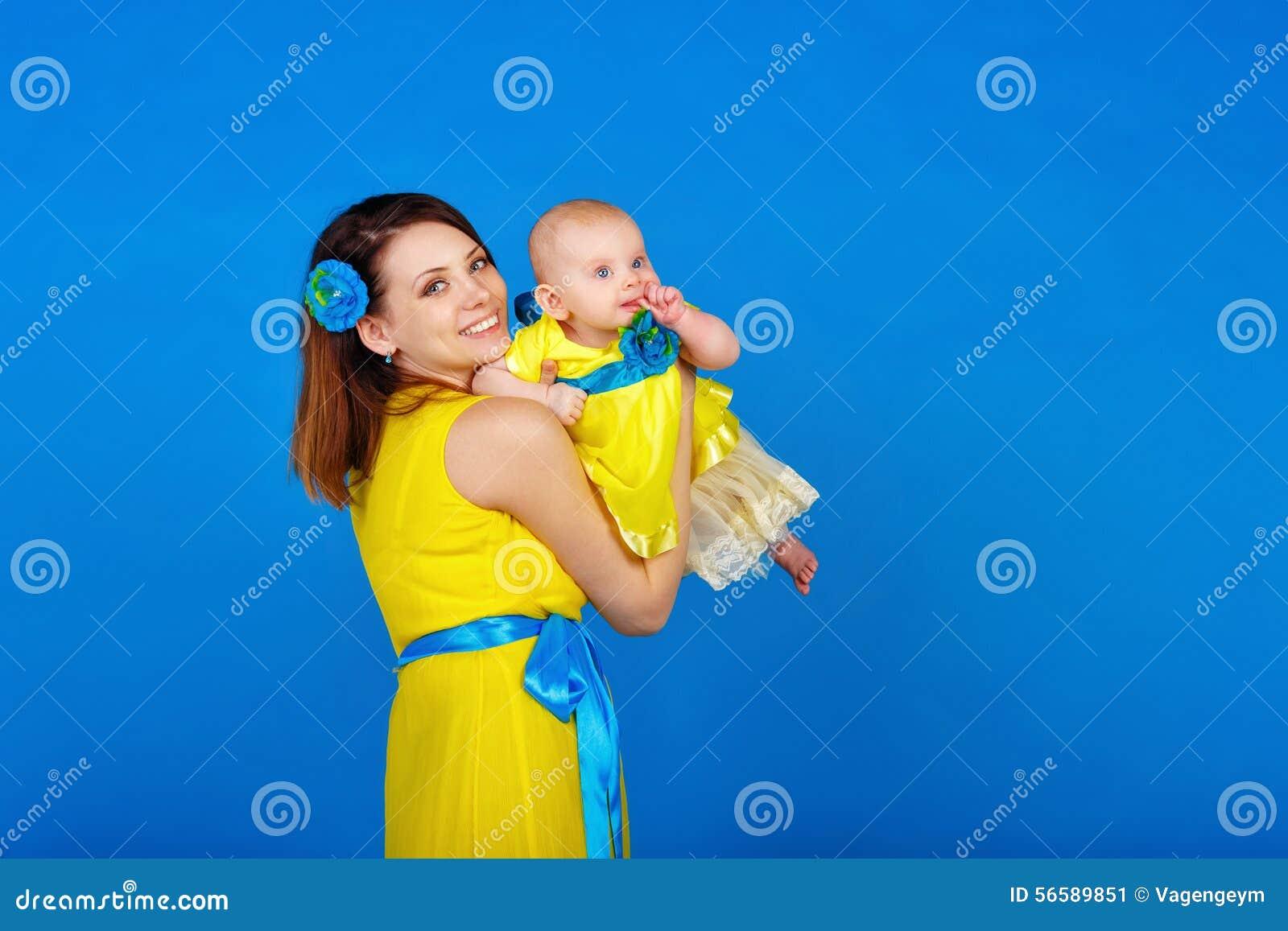 mutter und tochter im gelben kleid stockbild bild 56589851. Black Bedroom Furniture Sets. Home Design Ideas