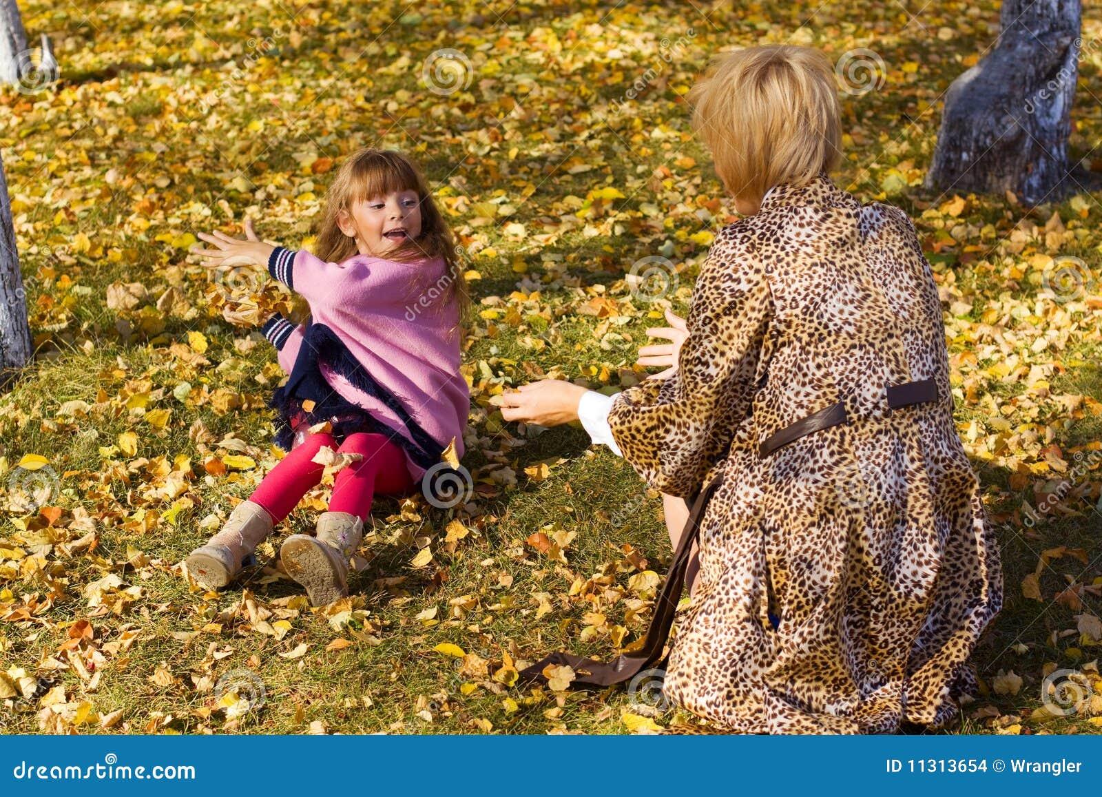 Mutter und Tochter im Park.