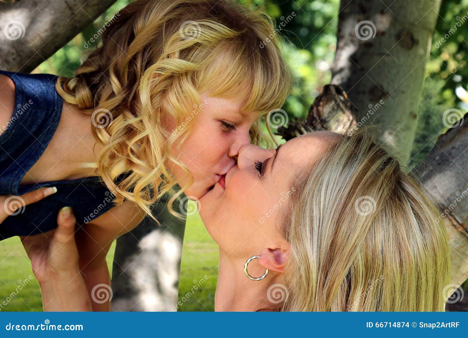 Lesbischer Mutter-Tochter-Kuss