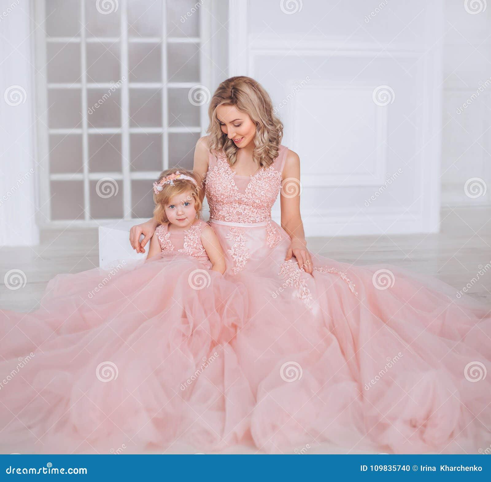 22df70ced2a Mutter Und Tochter In Luxuriösem