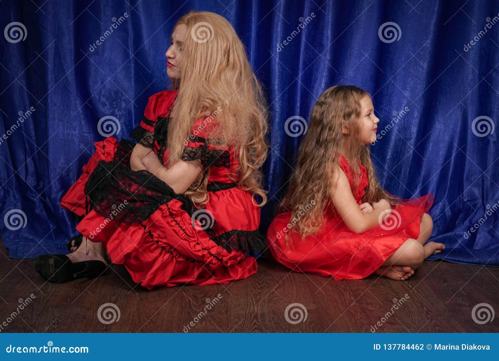 Mutter und Tochter sind beleidigt sitzend und auf dem Boden Mutter versucht, Frieden und Freundschaft mit dem Kind herzustellen