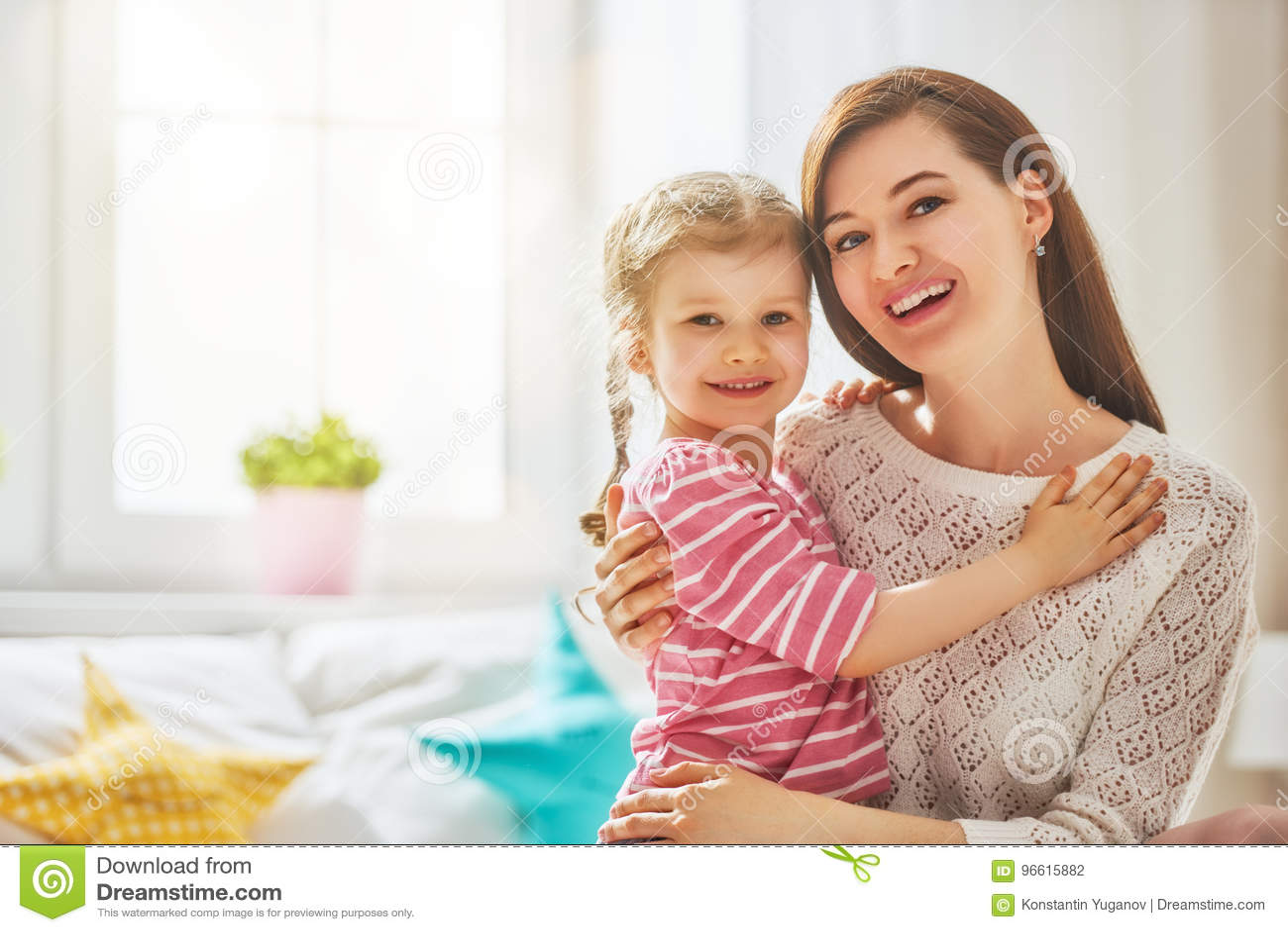 Mutter und Tochter spielen und umarmen