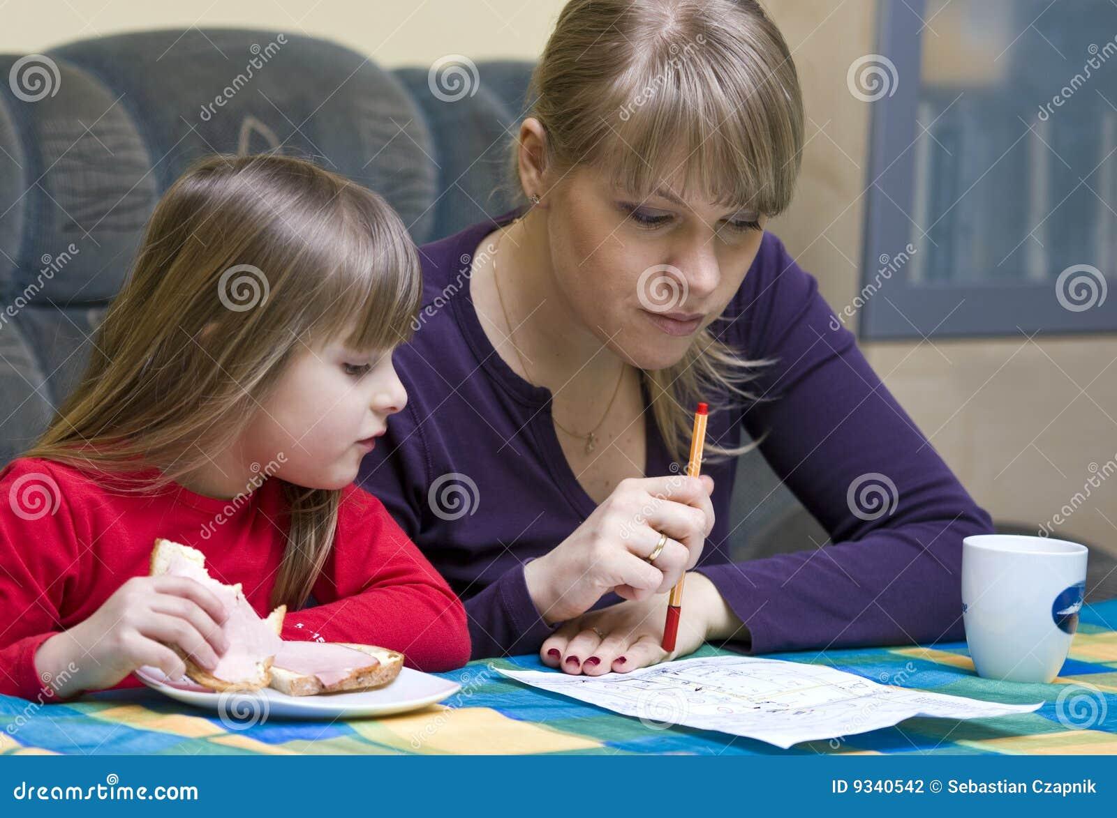 Mutter und Tochter am Tisch