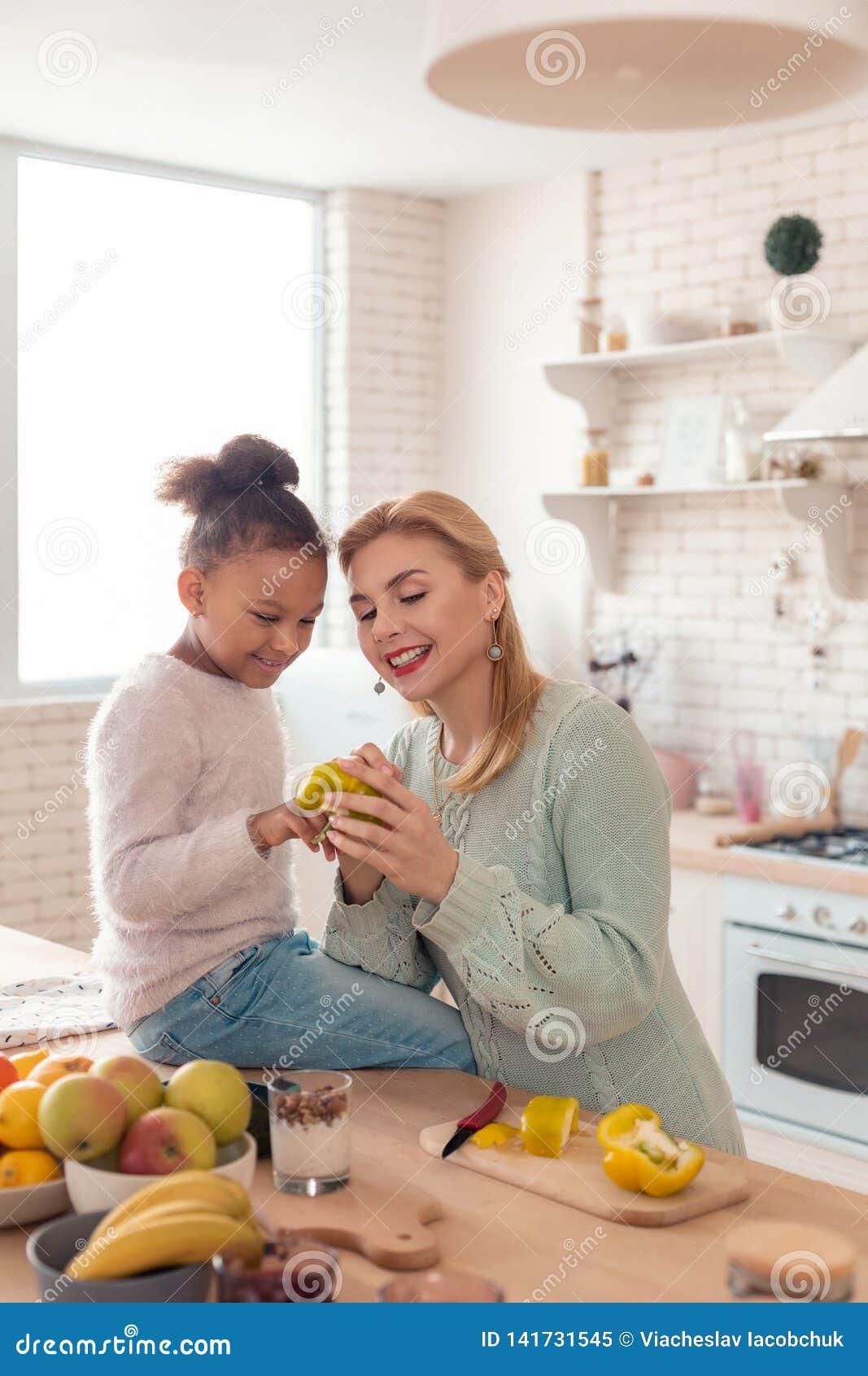 Mutter- und Tochtergefühl mit einbezogen, wenn Abendessen gekocht wird