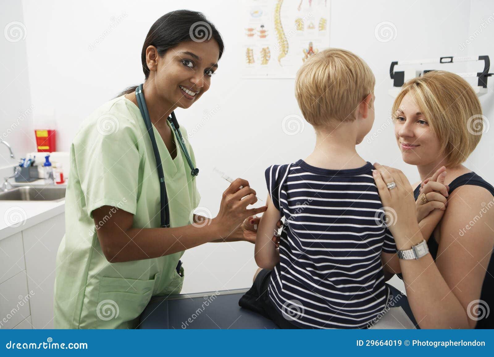 Mutter-Unterstützungsjunge, der Einspritzung empfängt