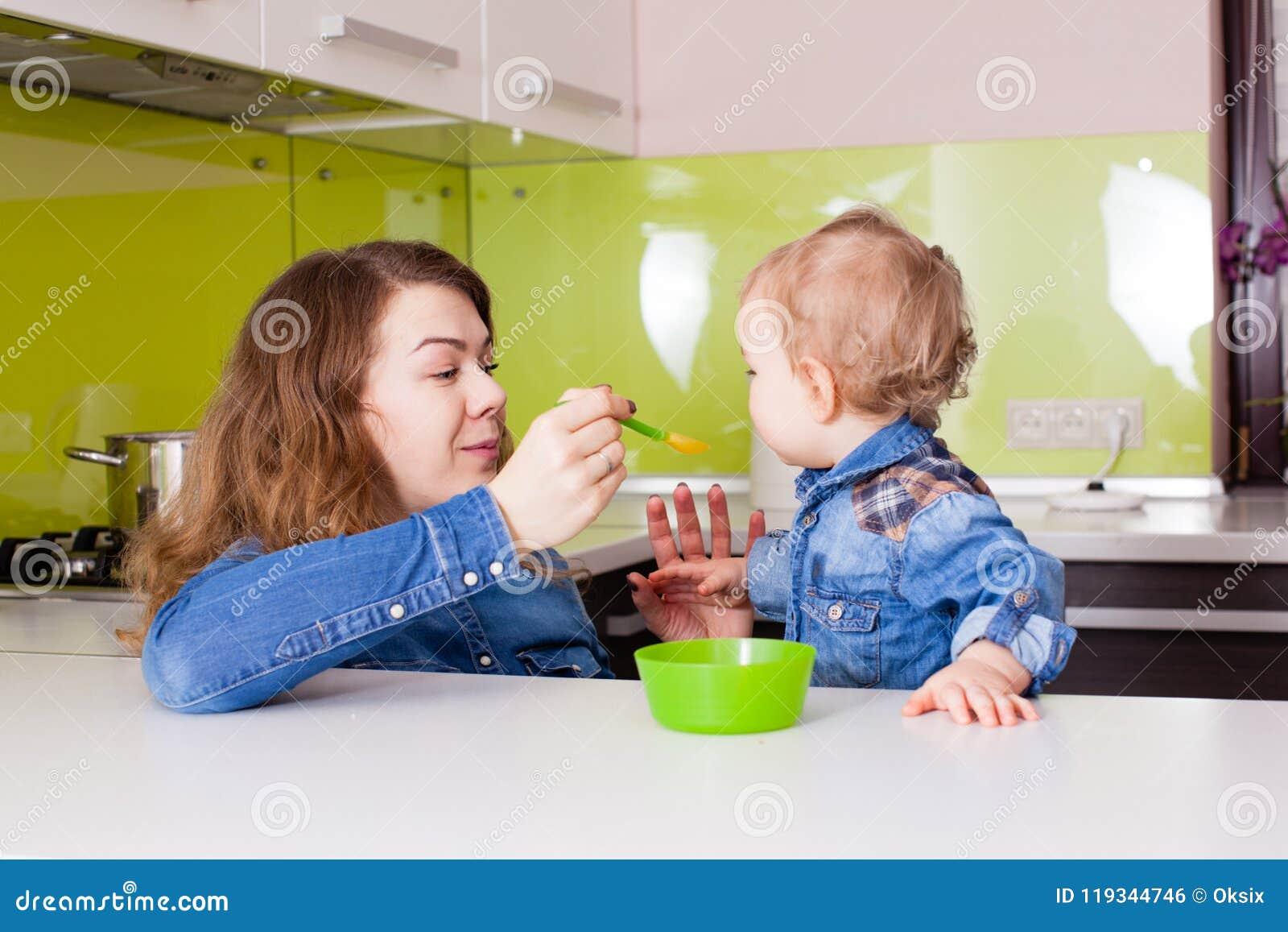 Mutter zieht ihr Kind ein stockfoto. Bild von führen