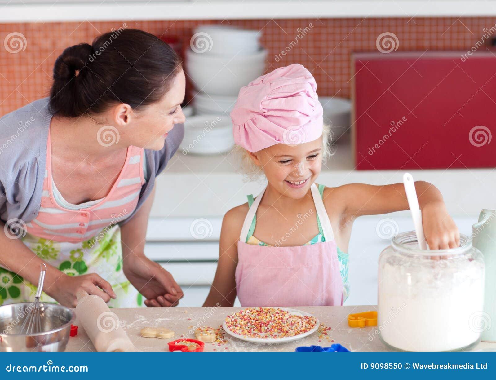 Mutterunterrichtendes Kind, wie man kocht
