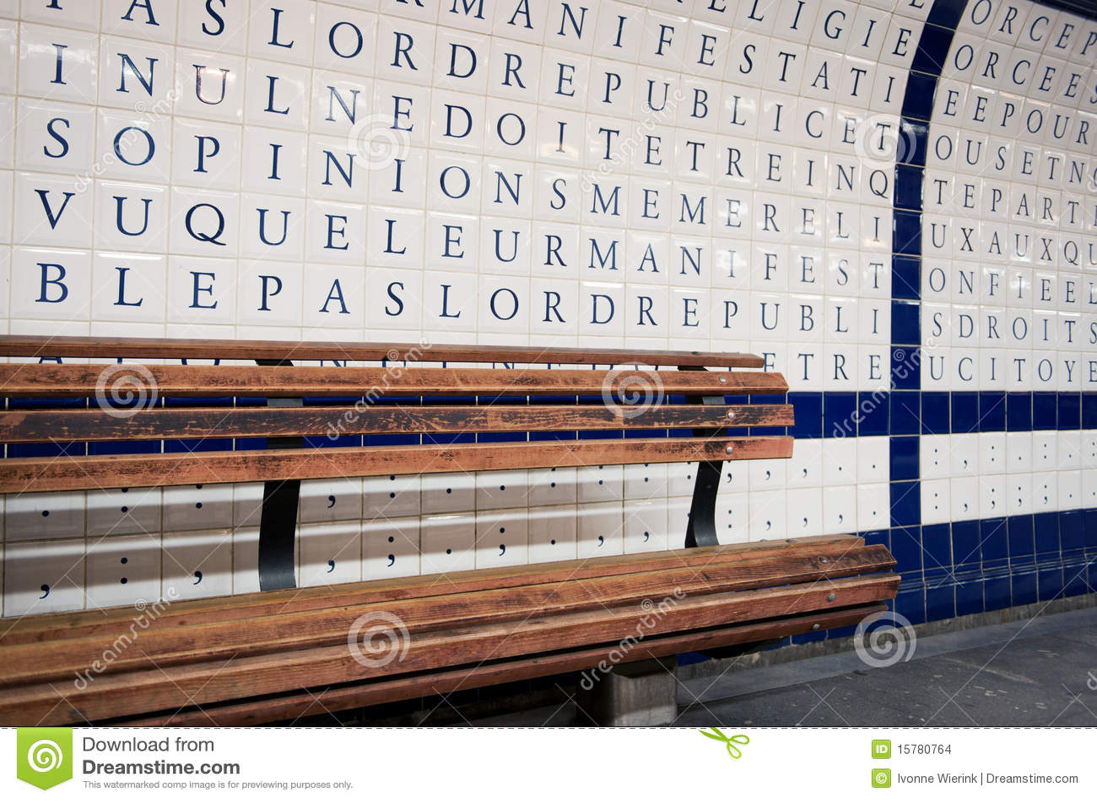 Muur in metro parijs stock foto afbeelding bestaande uit houten