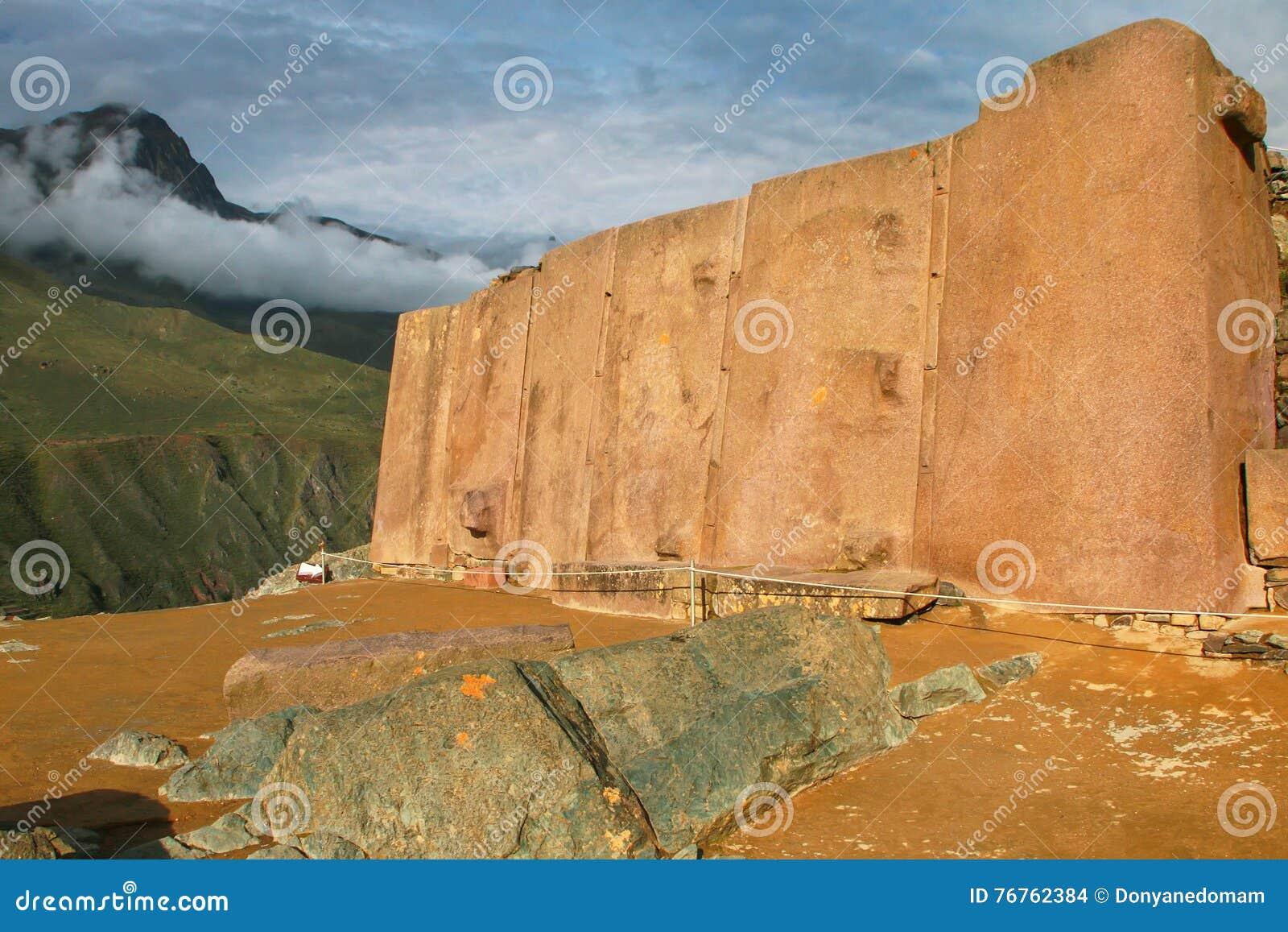 Muur van de Zes Monolieten in Inca Fortress in Ollantaytambo, per