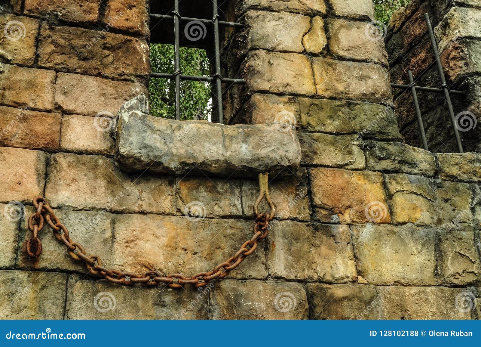 Muur van oud baksteen en rooster op venster