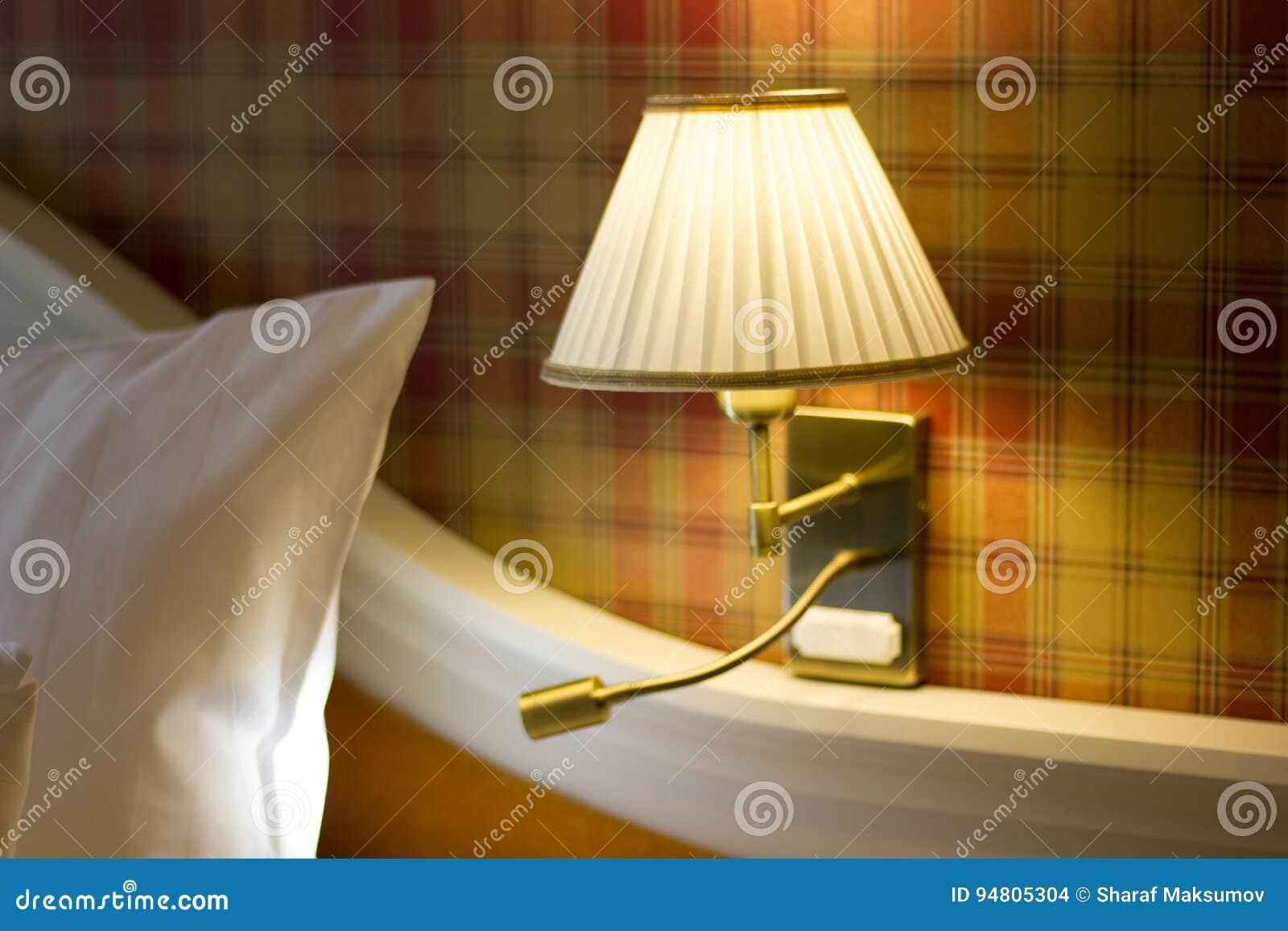 Muurlamp in slaapkamer stock foto. Afbeelding bestaande uit ...