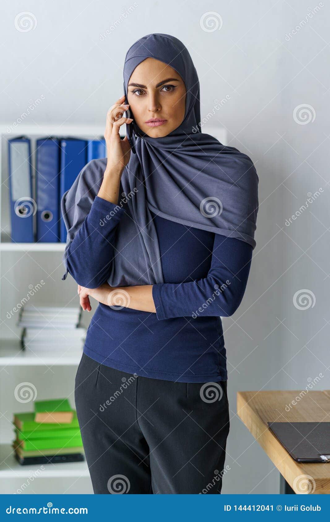 Muzułmańska kobieta ma rozmowę