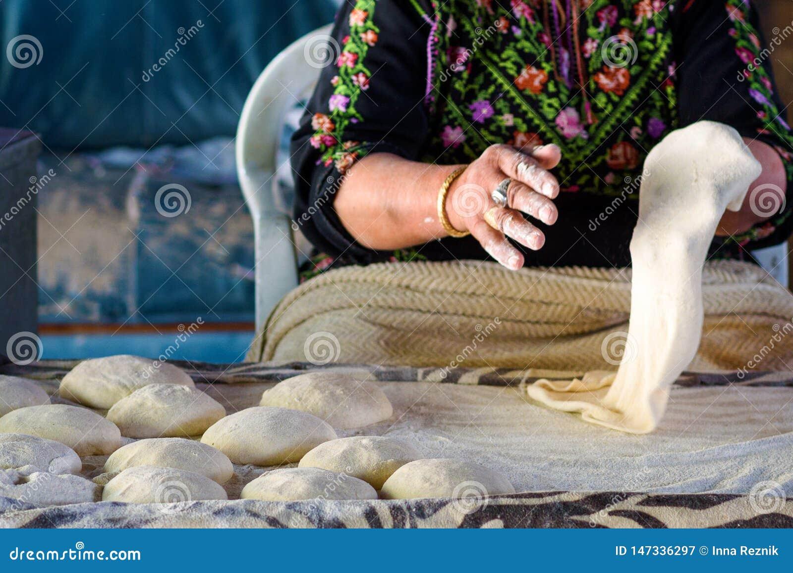 Muzułmańska kobieta robi jedzeniu