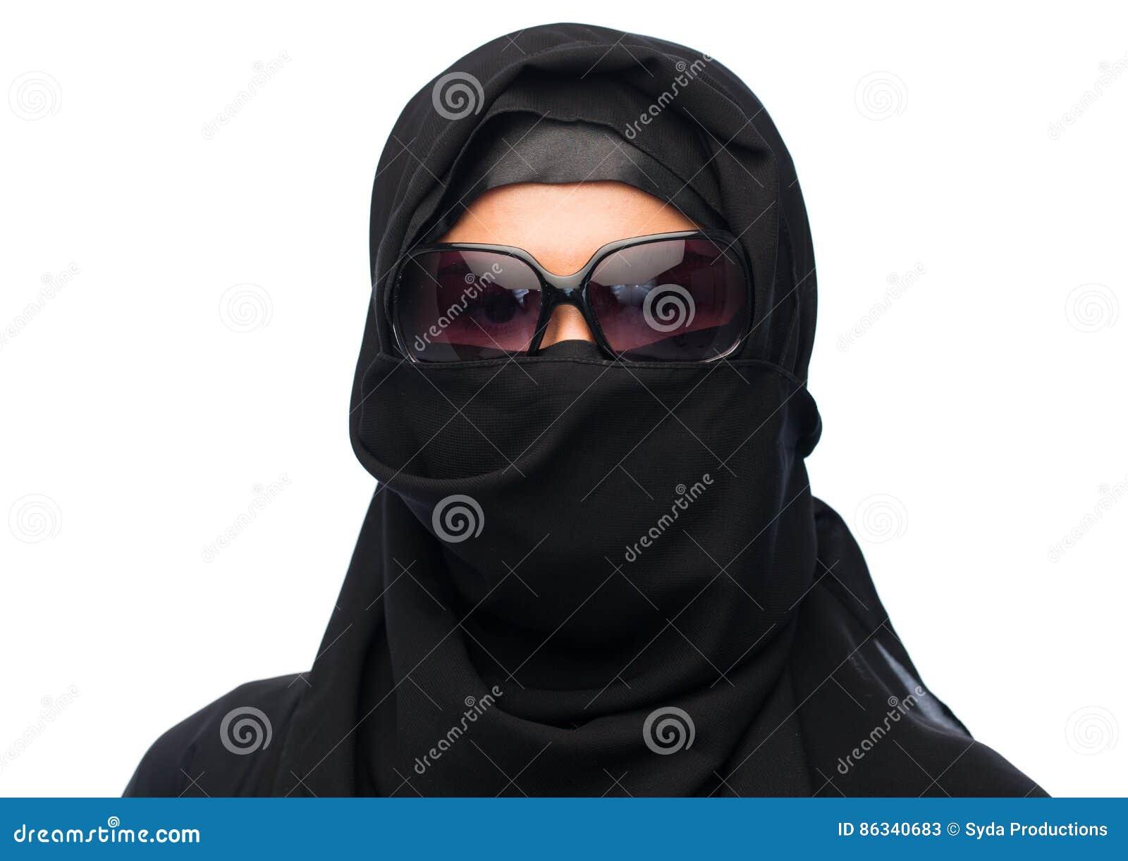 Muzumaska Kobieta W Hijab I Okulary Przeciwsoneczni Nad Bielem Ni