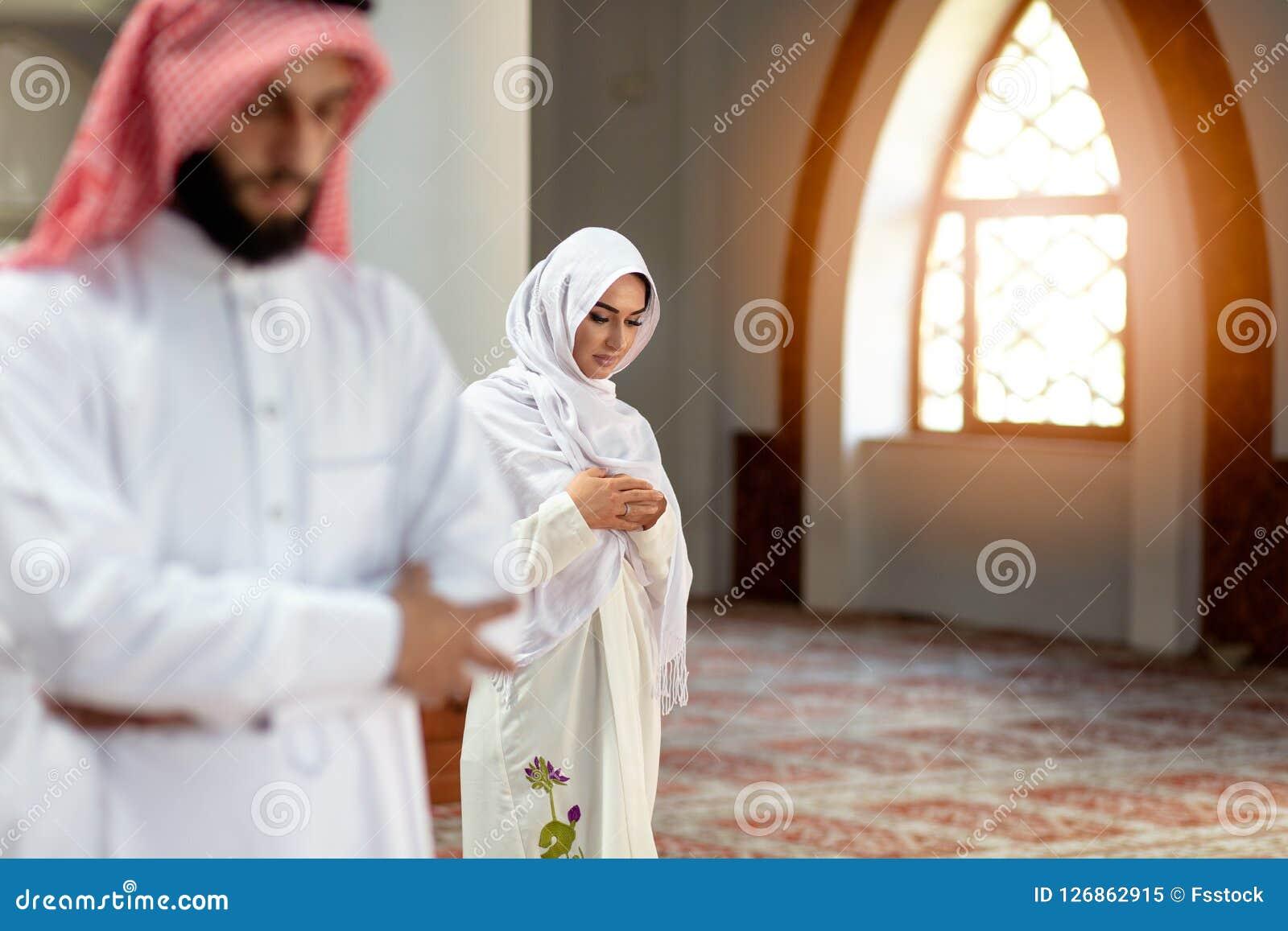 Muzułmański modlenie mężczyzna, kobieta w meczecie i