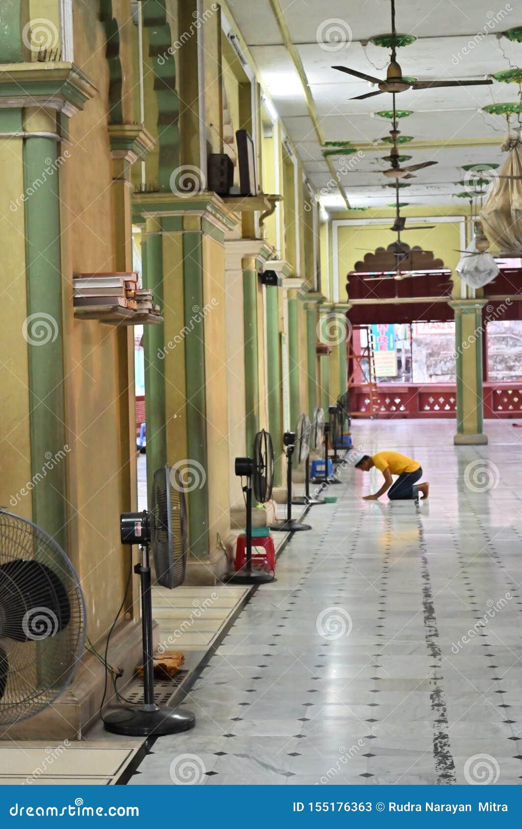 Muzu?ma?ski dewotki modlenie w?rodku Nakhoda Masjid, Kolkata