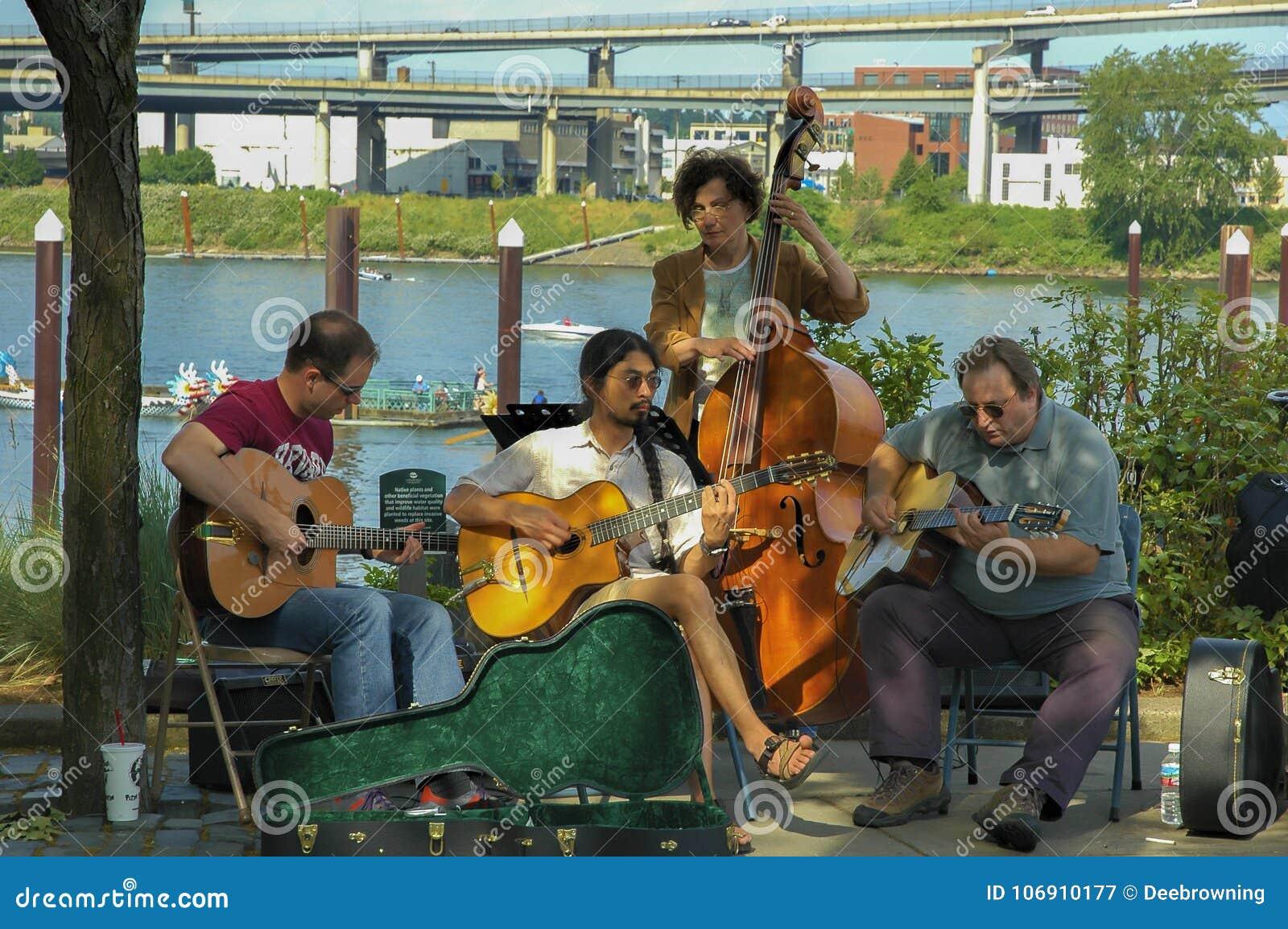 Muzycy bawić się smyczkowych instrumenty w Tom McCall parku