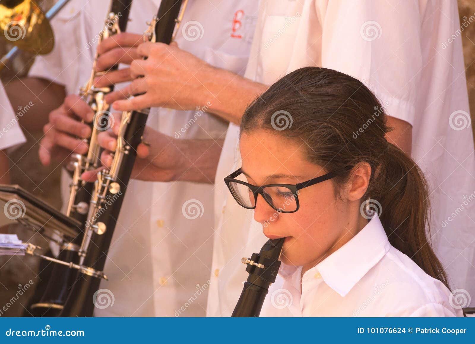Muzycy wykonuje w Deia, Mallorca, Hiszpania