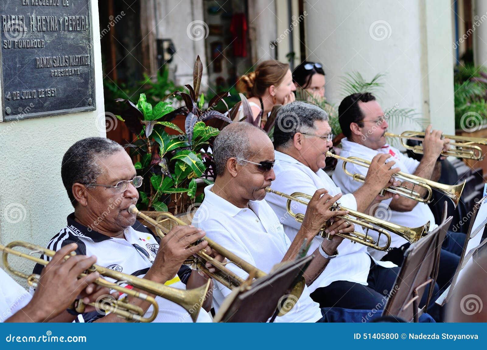 Muzycy z trąbki w orkiestrze