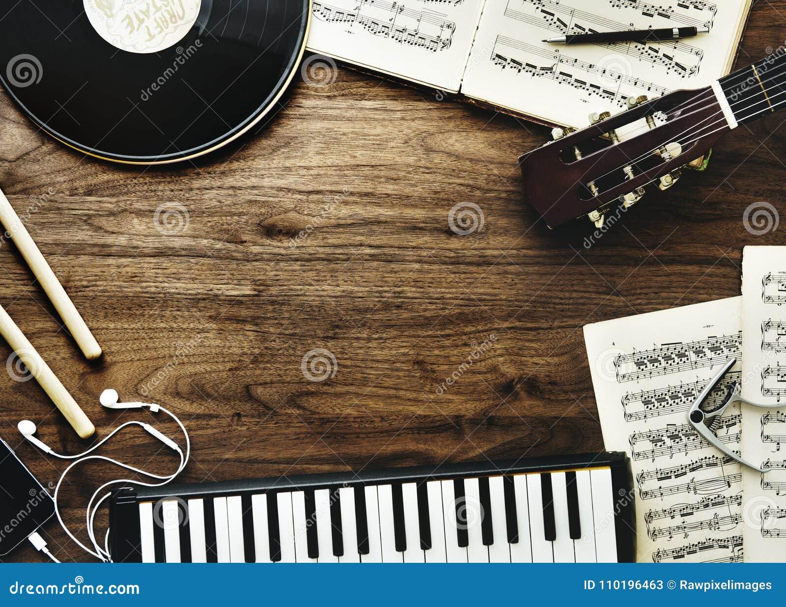 Muzyczni instrumenty i słuchawki na drewnianym stole