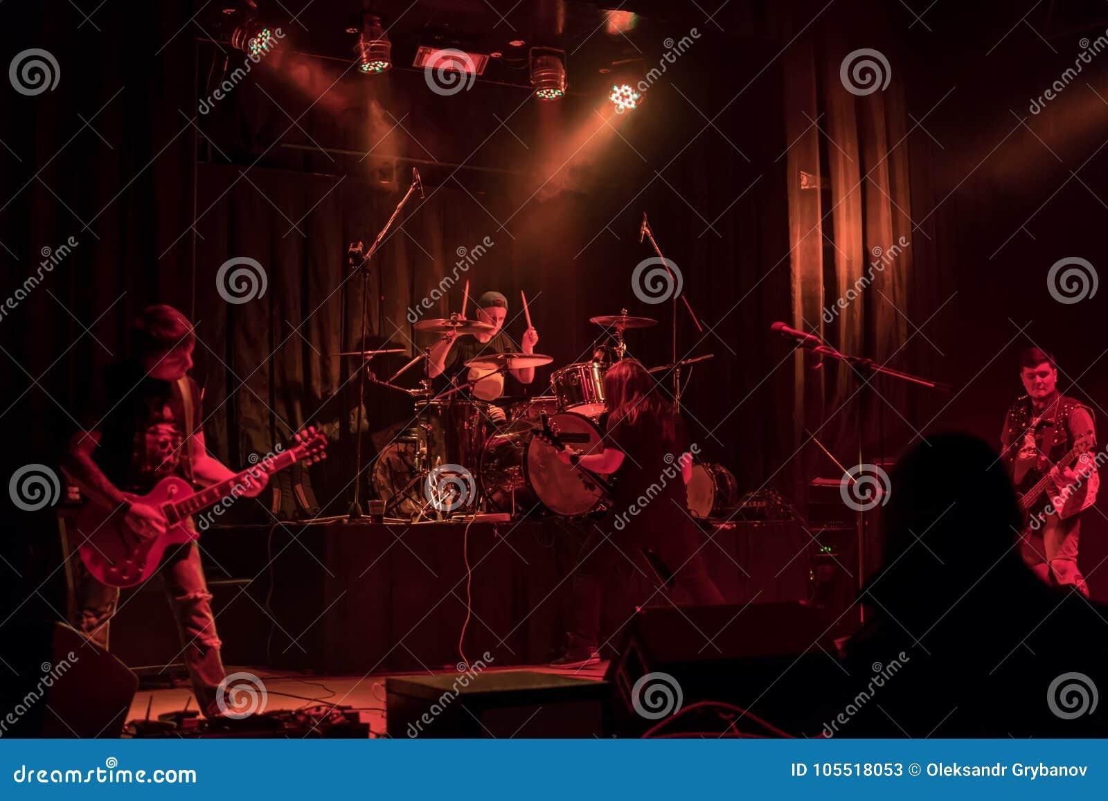 Muzyczny zespół przy koncertem