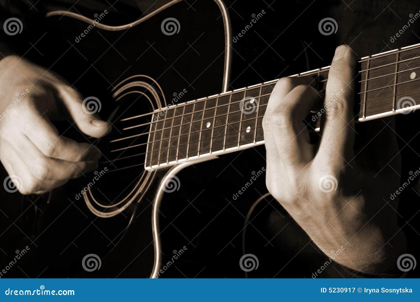 Muzyk bawić się gitarę