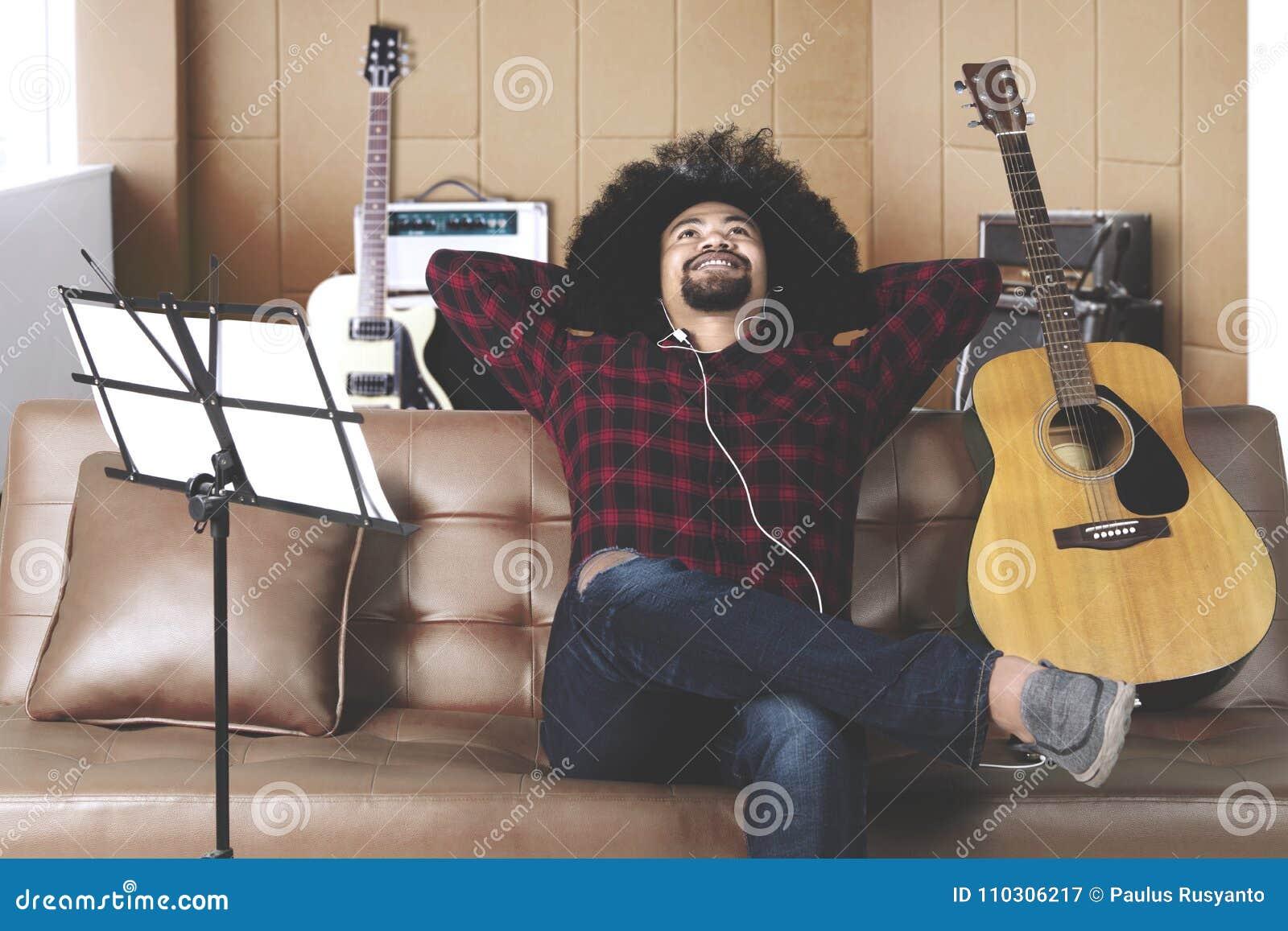 Muzyk słucha muzyczna znalezienie inspiracja pisać piosence