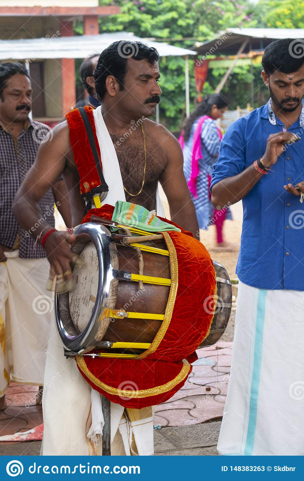 Muzyk w ?wi?tyni przy Kerala, India