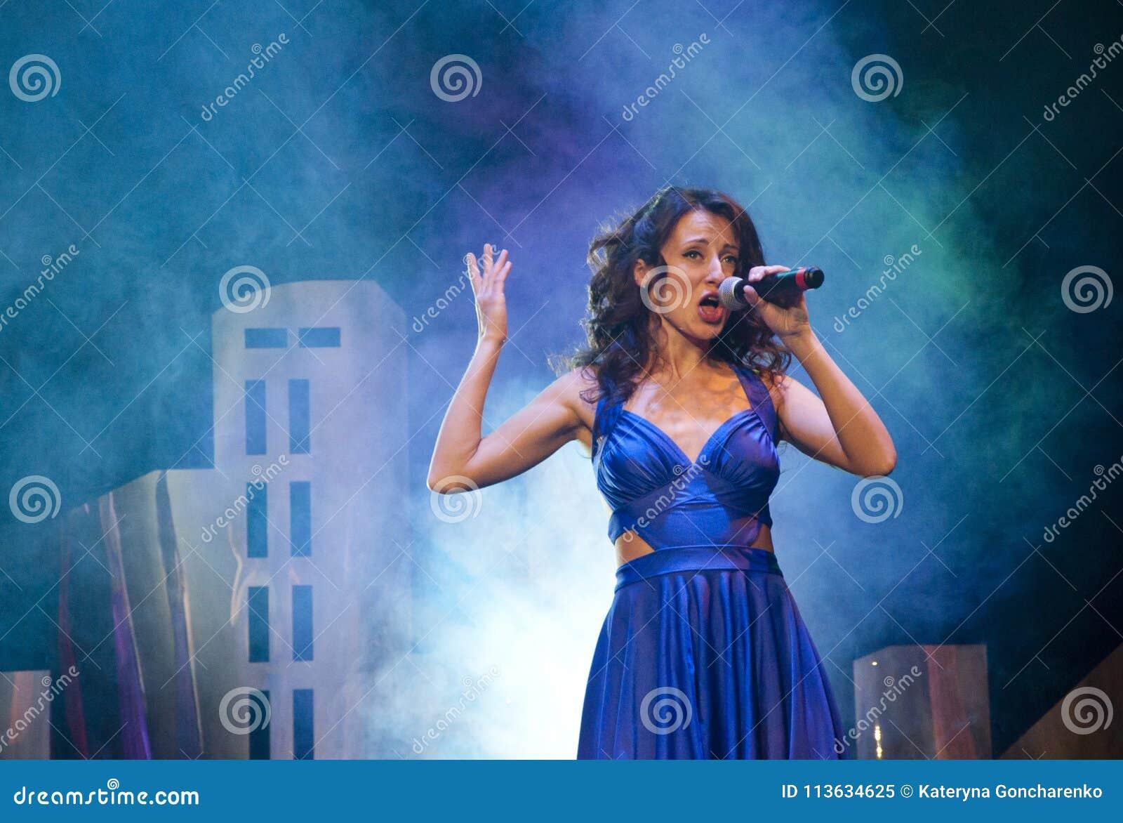 Muzyka i karaoke Piękno i moda, retro i jazzowy żywy występ, studio, koncert, przedstawienie piosenkarz dziewczyna w błękit sukni