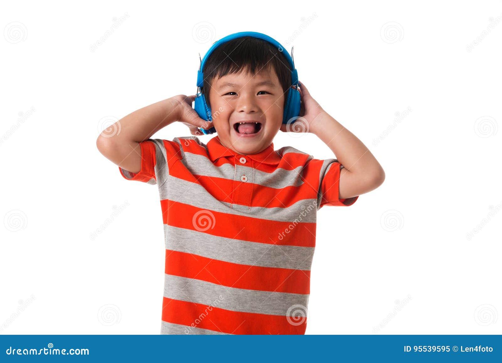Muzyka i technologii pojęcie Azjatycka chłopiec z hełmofonem