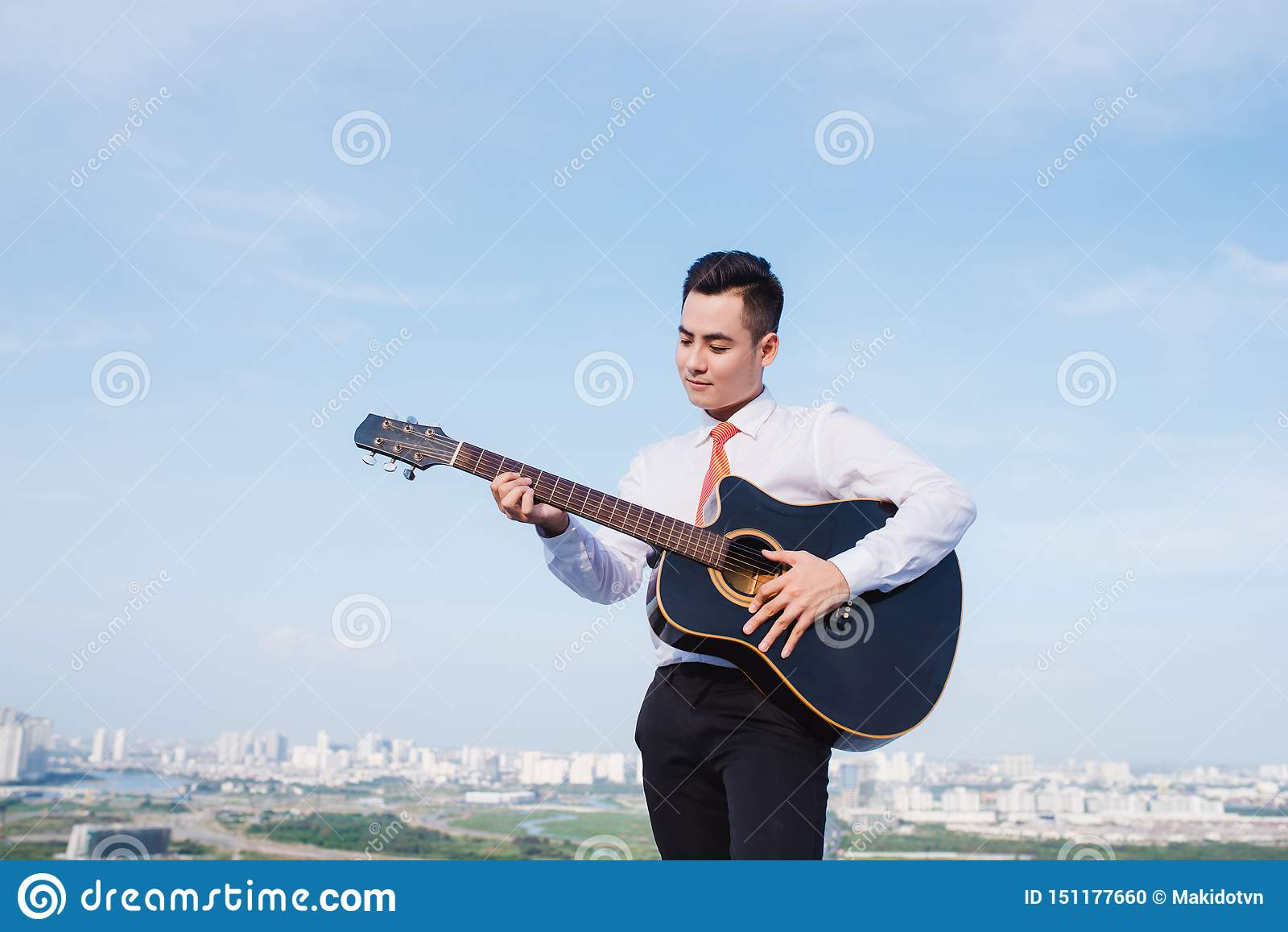 Muzykalny poj?cie Przypadkowy m??czyzna bawi? si? ?wiczy gitar?