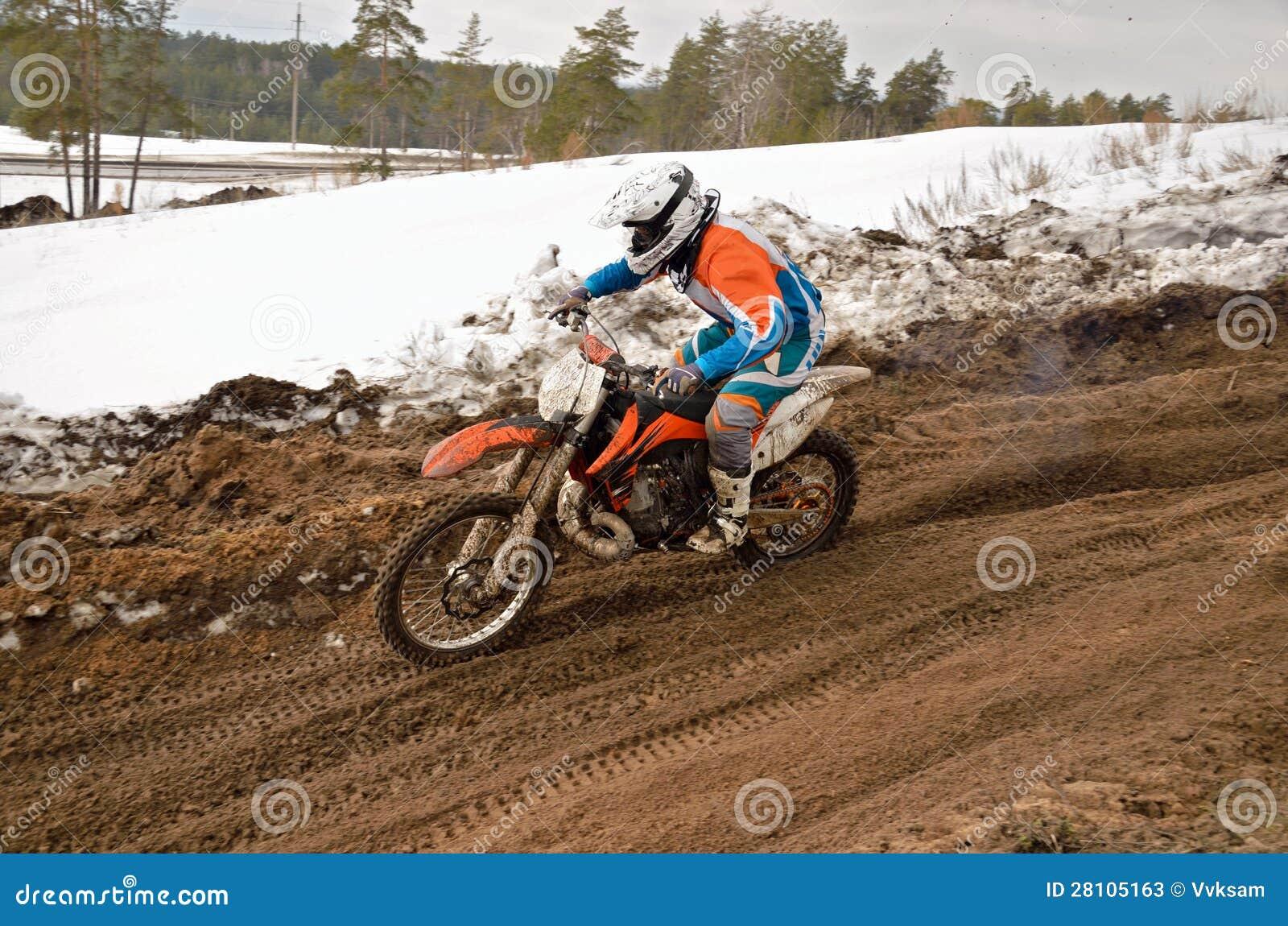 MX setkarz jedzie w spadku na motocross śladzie