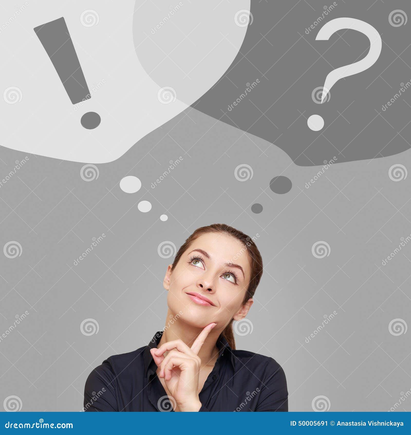 Myśląca biznesowa kobieta przyglądająca up na pytania i okrzyka znakach