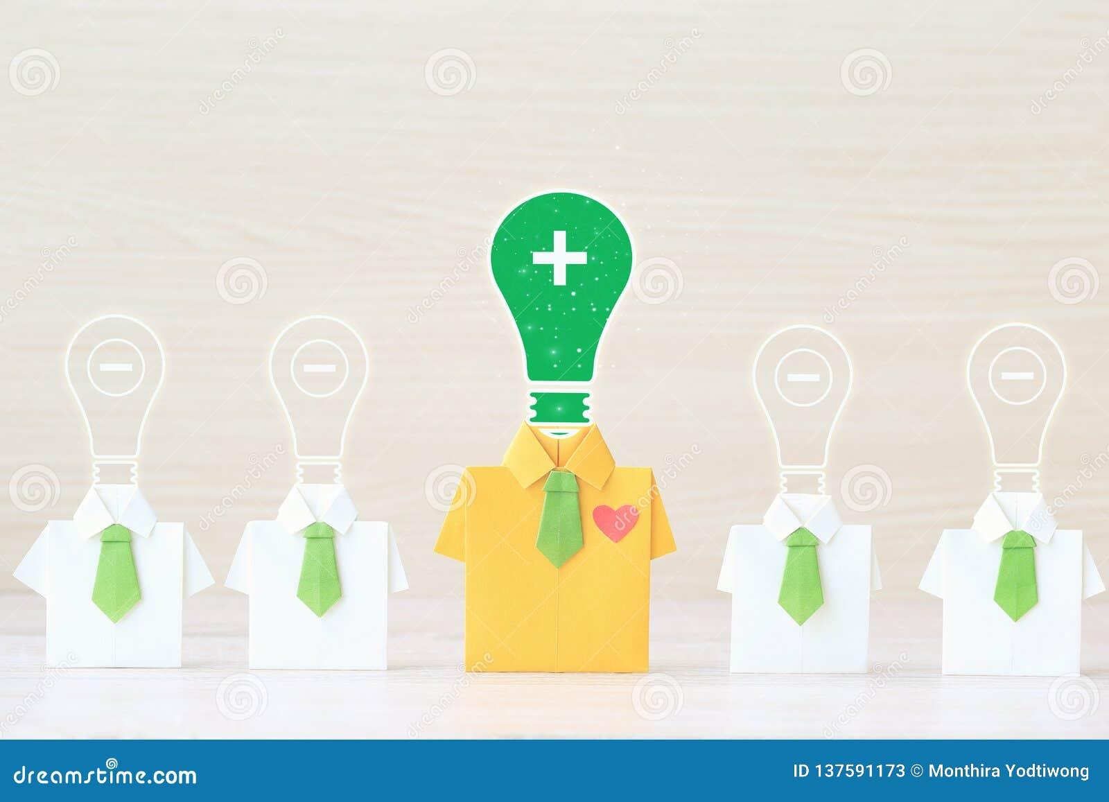 Myślący pozytywny pojęcie, Origami żółta koszula z krawatem i żarówka z główkowaniem na wooder tle, pozytywnym i negatywnym
