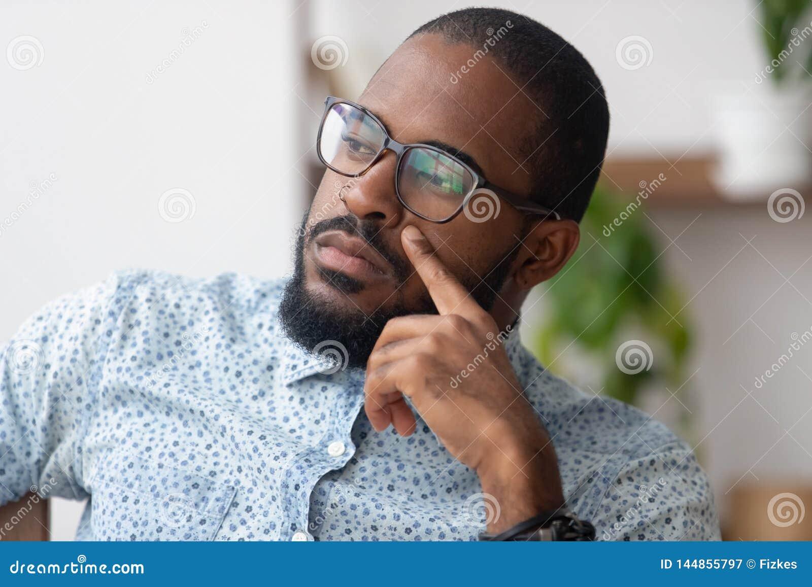 Myśleć rozwiązania pojęcie, poważny afrykański biznesmen gubjący w myślach