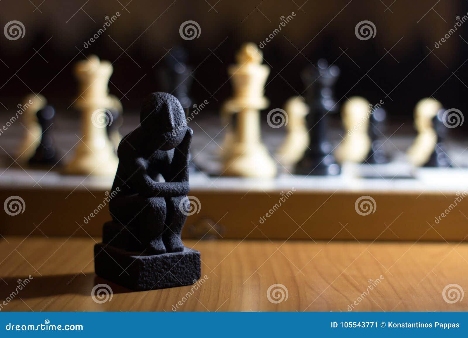 Myśliciel statua na szachowej deski zwitki małym główkowaniu o st