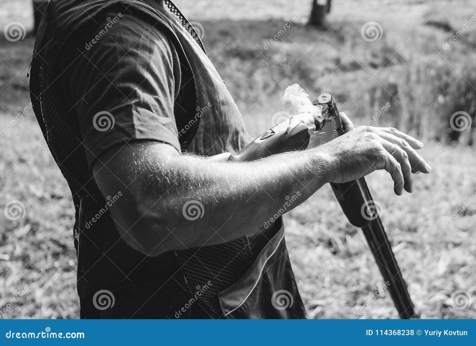 Myśliwy zmian nabojowa flinta po kopia strzału dymu