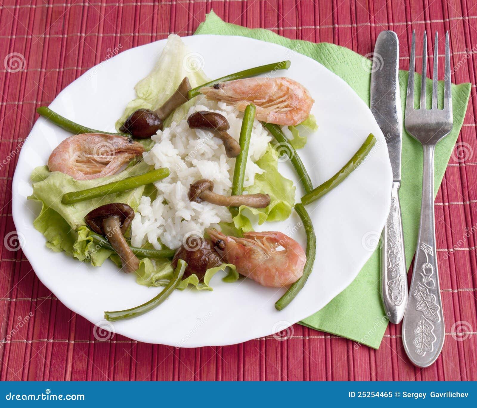 Mycètes frits appétissants avec du riz et la crevette bouillie