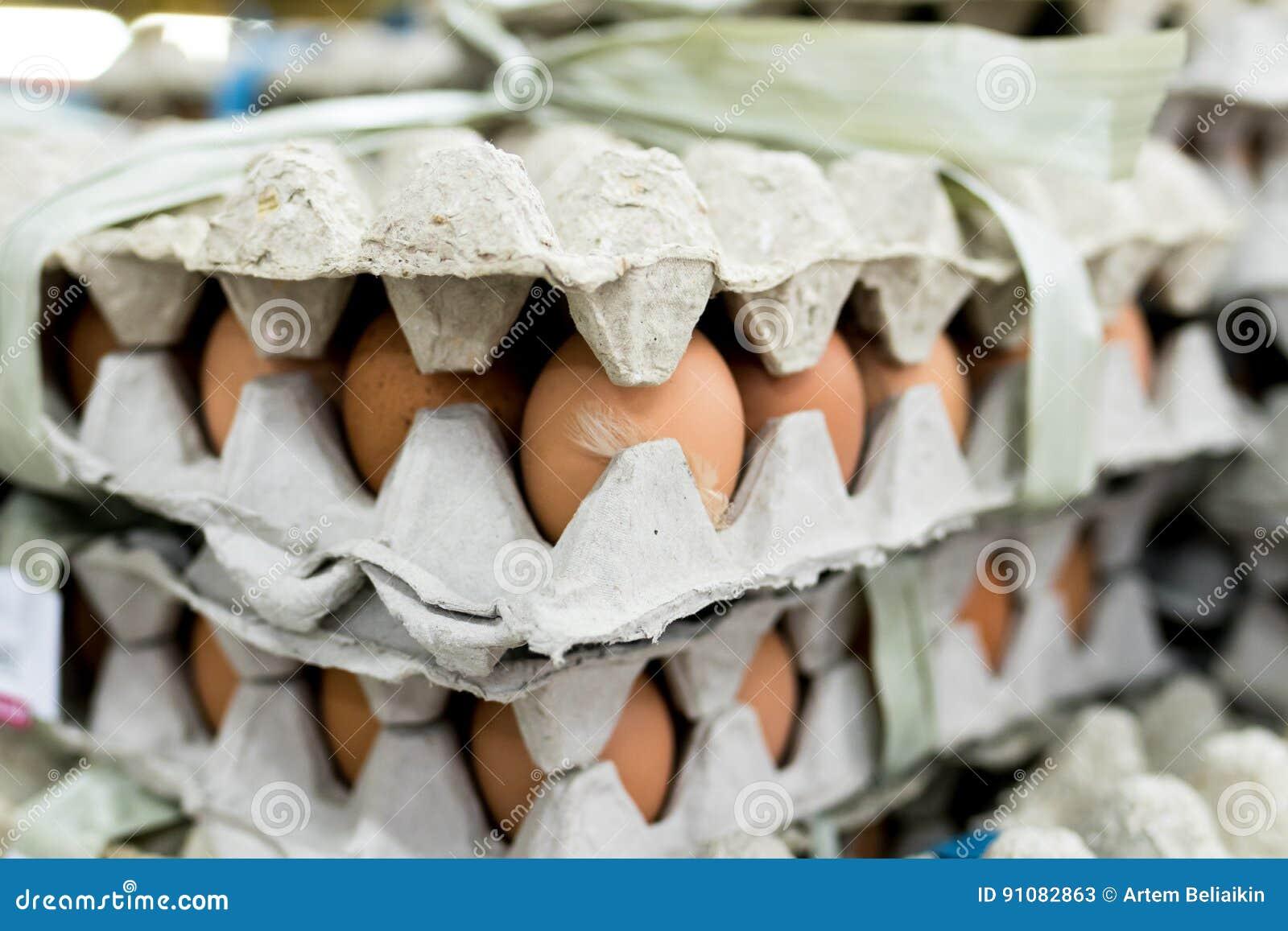 Mycket ägg i panelskärm som är till salu i den lokala marknaden för ny mat, tropisk Bali ö, Indonesien
